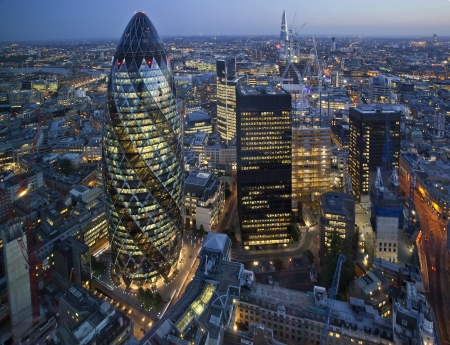 bolsa de valores: Ciudad de Londres iluminados por la noche