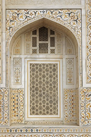 lattice window: Window arch of the ornate white marble Mughal tomb (Itimad-ud-Daulah). 17th Century AD. Agra, Uttar Pradesh, India Stock Photo