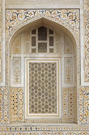 mughal: Window arch of the ornate white marble Mughal tomb (Itimad-ud-Daulah). 17th Century AD. Agra, Uttar Pradesh, India Stock Photo