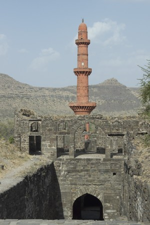 chand: Isl�mica victoria torre (Chand Minar) en Fort Daulatabad, Maharashtra. La India. Siglo 14 dC
