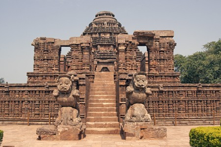 Steps leading to the ancient Hindu Temple at Konark, Orissa, India. 13th Century AD. Large stone building with statues guarding access Standard-Bild