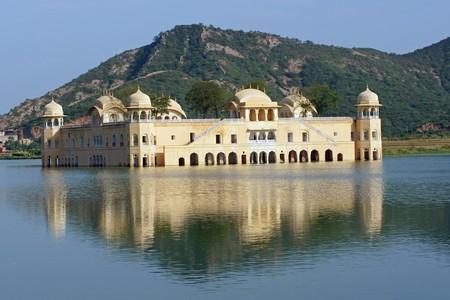 �ber Wasser: Wasser-Palast (Jal Mahal) in der Mitte der Mann Sagar See. Jaipur Rajasthan Indien. 18. Jahrhundert
