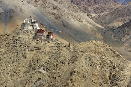 nieużytki: Zniszczony fort posiedzenia powyżej Tsemo Gompa na niepłodna górskie powyżej Leh, stolicy Ladakh.