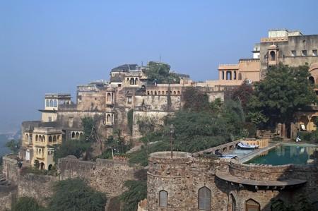 ufortyfikować: Stary indyjski Fort Palace przekształcony w hotel dziedzictwa. Neemrana, Maharashtra, Indie