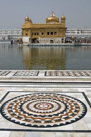 Golden Temple. Heiligste Schrein der Sikh-Religion. Kunstvolle Marmor rund um den Pool von Wasser mit einer verzierten Geb�ude in Gold. Amritsar, Punjab, Indien. Stockfoto - 4460005