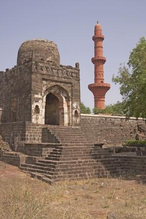 chand: Entrada a la mezquita dentro Daulatabad Fortaleza India. Isl�mica victoria torre (Chand Minar), en el fondo. Siglo 14 dC
