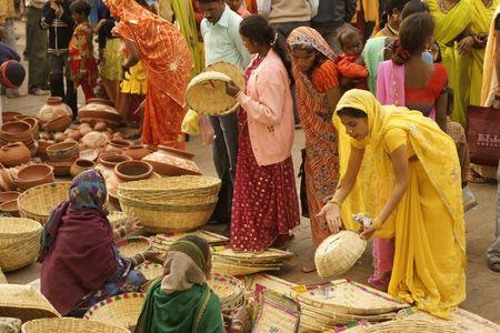 14: Orchha, Madhya Pradesh, India - el 14 de enero de 2009: Crowded mercado durante un festival hind� en Orchha, Madhya Pradesh, India  Editorial