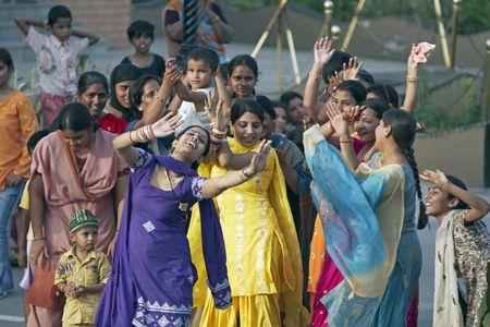 bollywood: Post de frontera de India, Punjab, India - el 24 de julio de 2008: Mujeres indias bailando en la calle como parte de la ceremonia de cierre de la frontera entre India y Pakist�n en India, Punjab, India