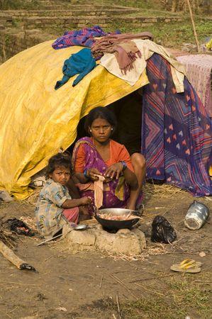 ni�os pobres: Bihar, India - 27 de noviembre de 2007: Home es una choza improvisada para estas familias pobres en Sonepur, Bihar, India.