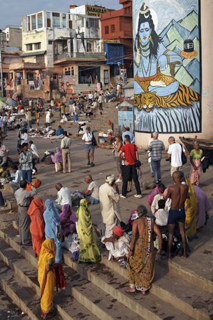 Varanasi, Indien - 09.10.2007: Massen von Menschen, die Verehrung auf der Ghats in Varanasi, Indien  Lizenzfreie Bilder - 7148499