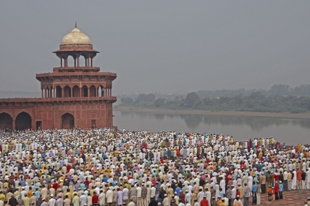 gather: Agra, India - October 2, 2009: Thousands of people gather in front of the mosque at the Taj Mahal to celebrate the Muslim festival of Eid ul-Fitr in Agra, Uttar Pradesh, India