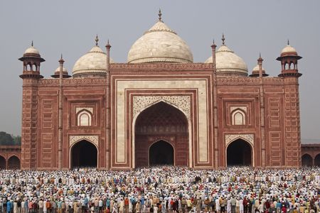 mughal architecture: Agra, India - October 2, 2009: Thousands of people gather in front of the mosque at the Taj Mahal to celebrate the Muslim festival of Eid ul-Fitr in Agra, Uttar Pradesh, India
