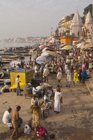 Varanasi, Uttar Pradesh, India - 9 Oktober 2007: Massen von Menschen, die das Baden im Heiligen Fluss Ganges in der Heiligen Stadt Varanasi, Uttar Pradesh, Indien  Lizenzfreie Bilder - 7660293