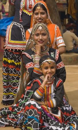 gitana: Grupo de bailarines tribales de Kalbelia llevar a cabo en la feria anual de Sarujkund cerca de Delhi, India