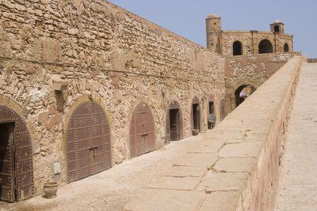 védekező: Defensive wall surrounding the historic coastal town of Essaouira in Morocco Stock fotó