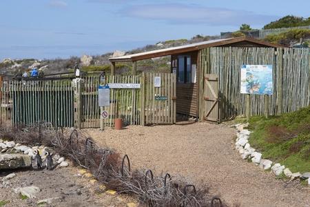 pinguinera: Bettys Bay, Sud�frica - 1 de septiembre de 2011: La entrada a la colonia de ping�inos africanos en Bettys Bay en el Cabo Occidental de Sud�frica.