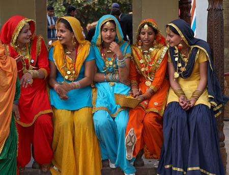Haryana, India - 15 februari 2007 Groep van kleurrijk geklede Indiase dansers uit de Punjab regio van India op de jaarlijkse Surajkund beurs in Haryana, India Redactioneel