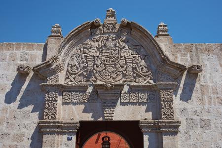 casa colonial: Piedra adornado tallada entrada de la casa de estilo barroco colonial espa�ol del siglo 18 en Arequipa, Per�