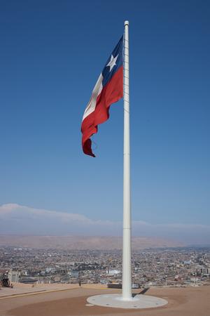 bandera chilena: Bandera chilena volar desde la parte superior del Morro de Arica, un acantilado que se eleva por encima de la ciudad portuaria de Arica, en Chile.