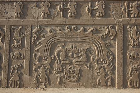 friso: Detalle del friso ornamental en el Hauca del Dragón o Templo del Dragón. Edificio religioso antiguo de la cultura Chimú construida de adobe.