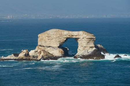 portada: La Portada. A natural arch in the Pacific Ocean near Antofagasta in northern Chile. The arch is a national monument and home to many hundreds of seabirds.