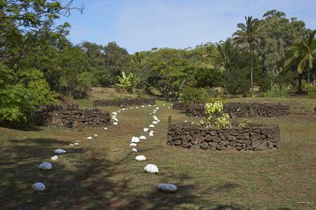 rapa nui: Sendero marcado por piedras blancas que llevan a la caldera del volcán extinto Rano Kau dentro del patrimonio de la humanidad del Parque Nacional Rapa Nui en Isla de Pascua. Foto de archivo