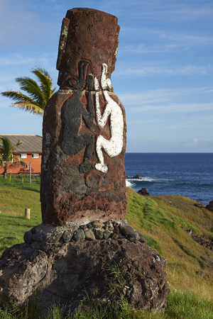 rapa nui: estatua moai solitario en la costa de Rapa Nui (Isla de Pascua) en la capital Hanga Roa.