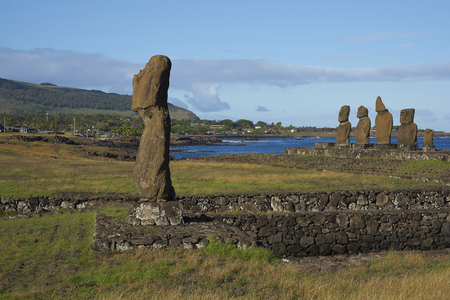 moai: Ahu Tahai. Las estatuas antiguas de Moai en la costa de Rapa Nui (Isla de Pascua)