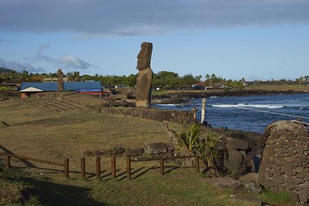 rapa nui: estatua moai en la costa de Rapa Nui (Isla de Pascua) en la capital Hanga Roa.