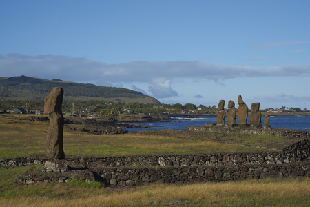 rapanui: Ahu Tahai. Ancient Moai statues on the coast of Rapa Nui (Easter Island) Foto de archivo