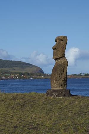 moai: Hanja Kio. Antigua estatua Moai en la costa de Rapa Nui (Isla de Pascua)