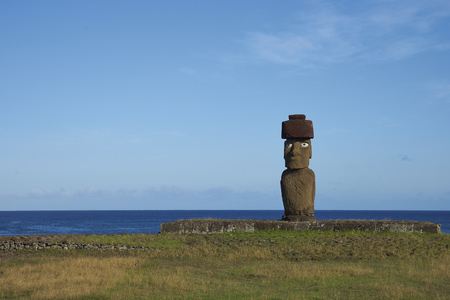 rapa nui: Ahu Tahai. Ancient Moai statues on the coast of Rapa Nui (Easter Island) Foto de archivo