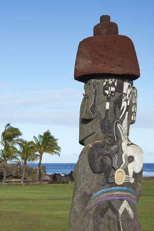 moai: Las estatuas antiguas de Moai en la costa de Rapa Nui (Isla de Pascua)