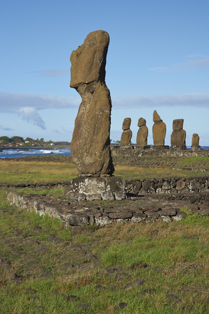 rapa nui: Ahu Tahai. Las estatuas antiguas de Moai en la costa de Rapa Nui (Isla de Pascua)