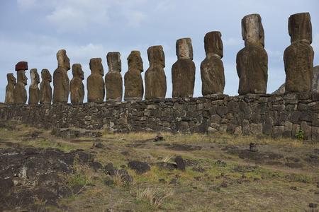moai: Ahu Tongariki. Las estatuas antiguas de Moai en la costa de Rapa Nui (Isla de Pascua)
