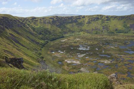 rapa nui: Caldera del volcán extinto Rano Kau Foto de archivo