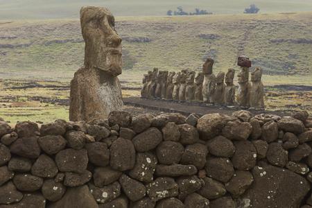 rapa nui: Ahu Tongariki. Moai estatua antigua en la costa de Rapa Nui (Isla de Pascua).