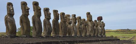 rapa nui: Ahu Tongariki. Las estatuas antiguas de Moai en la costa de Rapa Nui (Isla de Pascua)