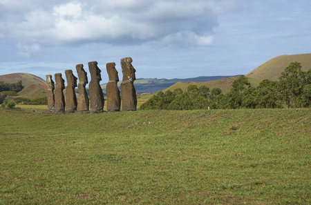 rapa nui: Ahu Kivi. Las estatuas antiguas de Moai situado entre campos verdes y frente al mar en Rapa Nui (Isla de Pascua) Foto de archivo