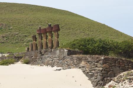 rapa nui: Ahu Nau Nau. Las estatuas antiguas de Moai en una playa de arena en la costa de Rapa Nui (Isla de Pascua)