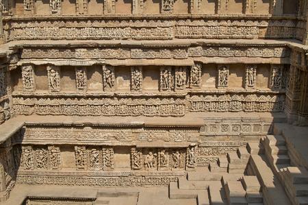 화려한 석조 조각 된 벽 Patan, 구자라트, 인도에서 11 세기 Rav- 기 -Vav 계단을 안 감. 2014 년 6 월 유네스코 세계 문화 유산으로 지정되었습니다.