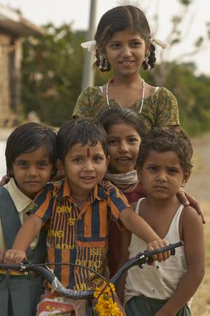 madhya: MANDU, MADHYA PRADESH, INDIA - NOVEMBER 19, 2008: Group of children in the hilltop town of Mandu in Madhya Pradesh, India. Editorial