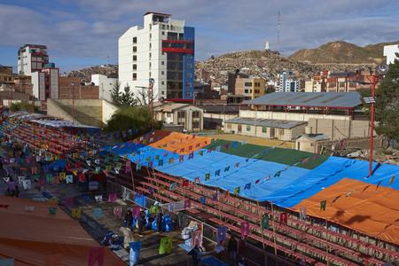 ORURO, BOLIVIA - 24 de febrero, 2017 Calle en la ciudad minera de Oruro que ha sido cerrado a los vehículos y forrado con asientos temporales en preparación para el Carnaval de Oruro.