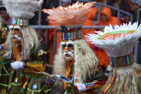 ORURO, BOLIVIE - 25 FÉVRIER 2017: Danseuses Tobas en costumes colorés se produisant au Carnaval Oruro annuel. L'événement est désigné par l'UNESCO comme étant le patrimoine culturel immatériel de l'humanité. Banque d'images - 73943682