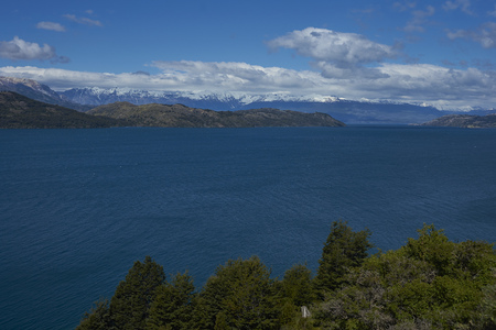 Landscape along the Carretera Austral next to the azure blue waters of Lago General Carrera in Patagonia, Chile 스톡 콘텐츠