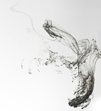 Tinta de Indias en agua con un fondo blanco de la espalda.