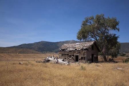 el cedro: un antiguo granero abandonada en un campo abierto