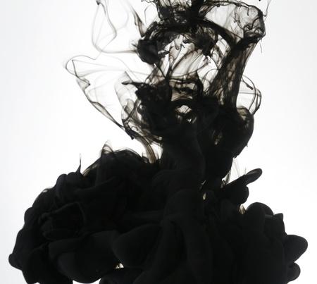 L'encre de fumée liquide dans l'eau Banque d'images - 9895353