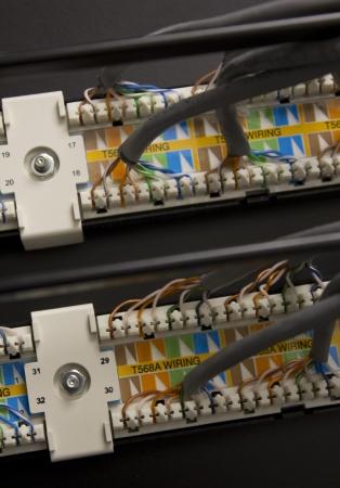 de achterkant van de server apparatuur met gepatchte in draden Redactioneel