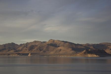 Teh 하늘에 구름과 여름 이브에 피라미드 호수 스톡 콘텐츠